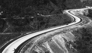 O traçado sinuoso é uma das características da Rio-Petrópolis Arquivo/30-09-1969 (globo.com)
